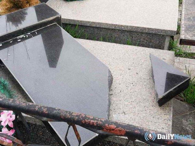В Липецкой области подростки разгромили кладбище