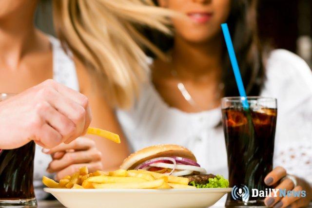 Группа международных ученых рассказали о том, что фастфуд может стать причиной депрессии