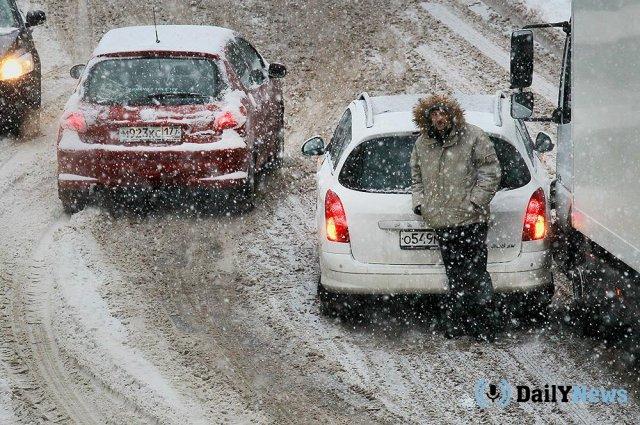 Водителей на дорогах в Москве призвали быть осторожными в связи со снегопадом