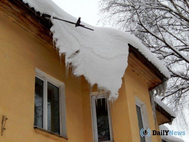 В Саратовской области проводится разбирательство по факту госпитализации школьника из-за падения на него глыбы льда