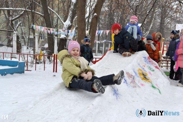 В детском саду Челябинска девочка едва не погибла, зацепившись за турник капюшоном