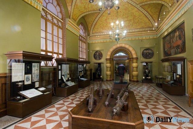 Неизвестные повесили свою картину среди экспозиции вИсторическом музее столицы