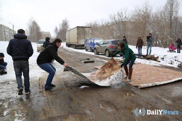Дачники из Калуги решили самостоятельно отремонтировать дорогу коврами