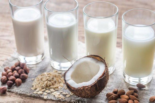 Эксперт Роскачества сравнила коровье молоко с растительным