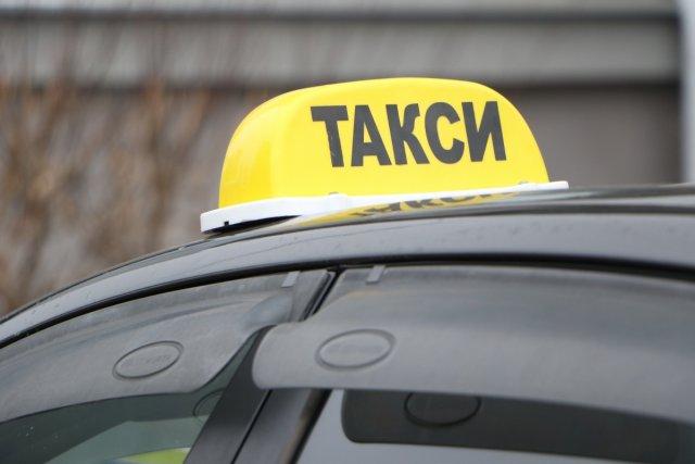 Неадекватный таксист в Крыму высадил супругов с ребёнком в поле