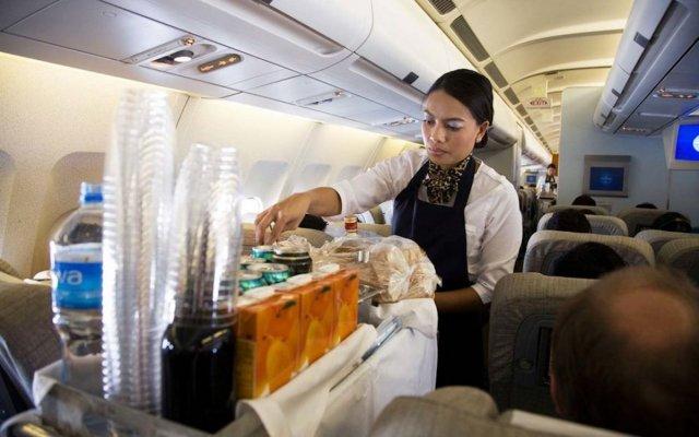 Алкоголь и ещё несколько напитков, которые нельзя пить во время перелёта на самолёте