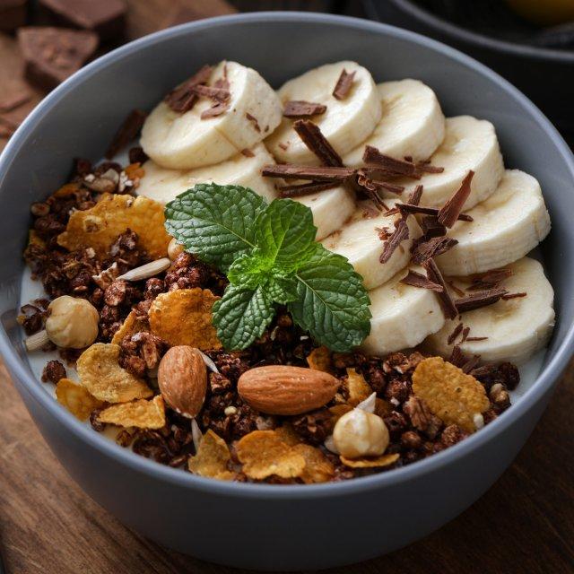 В список продуктов, которые помогают избавиться от «вредного» холестерина вошли бананы и орехи