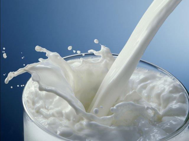 Врач рассказал кому и почему нельзя пить молоко и кефир