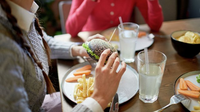 Учёные рассказали о том, что выявили зимнюю пищевую зависимость у россиян