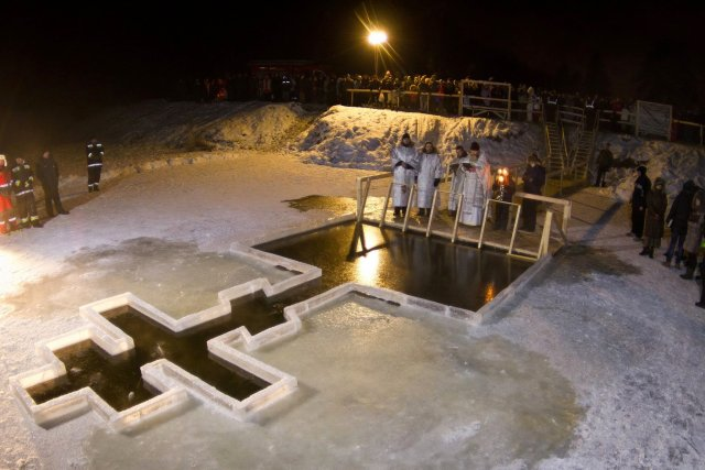 В РПЦ рекомендуют отказаться от крещенских купаний