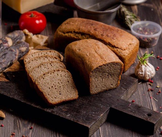 Диетолог объяснила, что нет необходимости отказываться от хлеба при похудении