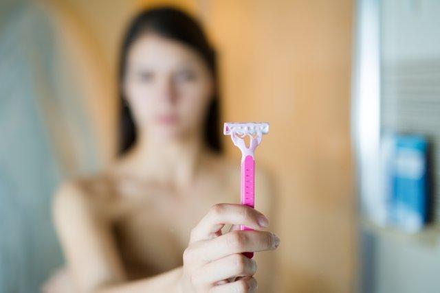 Косметолог дал рекомендации по борьбе с вросшими волосами